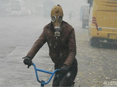 沈阳遇雾霾市民带防毒面具出行
