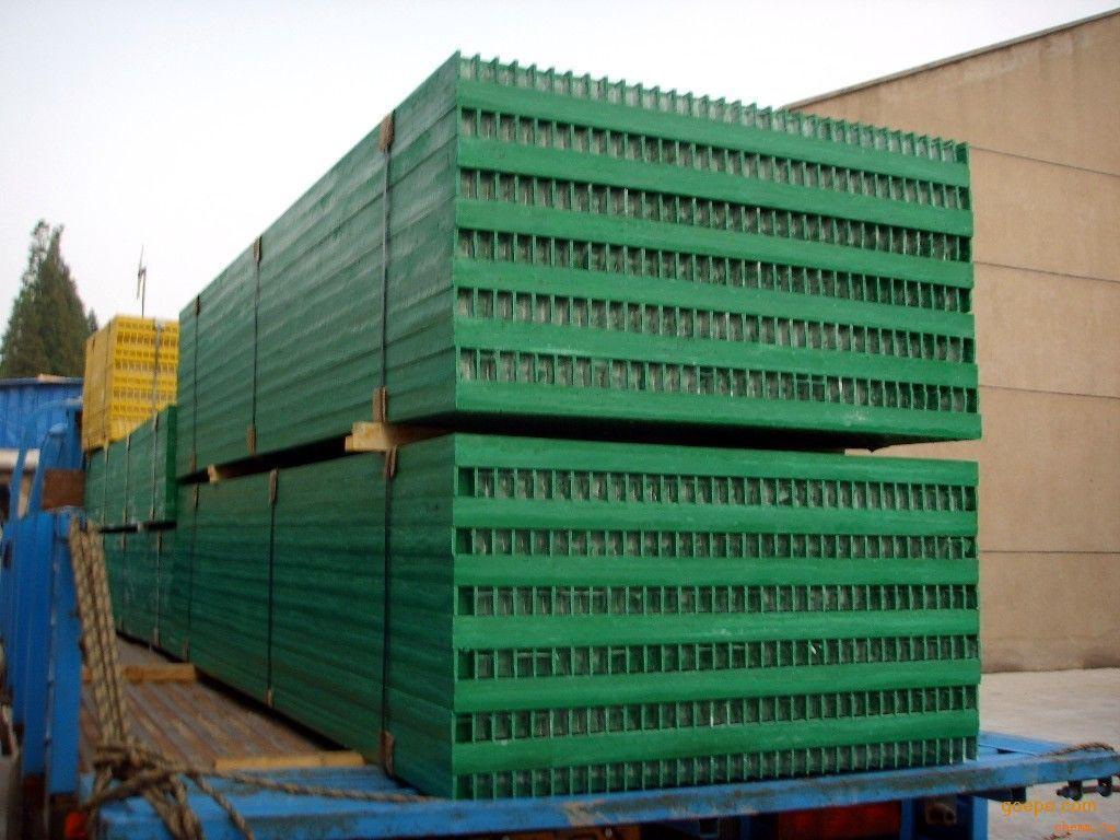 玻璃钢格栅板 厂家直销,: 【玻璃钢格栅型号】 38*38*38mm、38*38*25mm、38*38*30mm、19*19*30mm、50*50*50mm 【玻璃钢格栅规格】 1.225*3.66米、1.01*4.04 【玻璃钢格栅表面处理】 月牙型、磨平型、花纹盖板型、铺砂型、抗静电型、 导电型、绝缘型、阻燃型、抗老化型、平板盖板型等多种 【玻璃钢格栅颜色】灰色、红色、黄色、红色,其他颜色可订做。