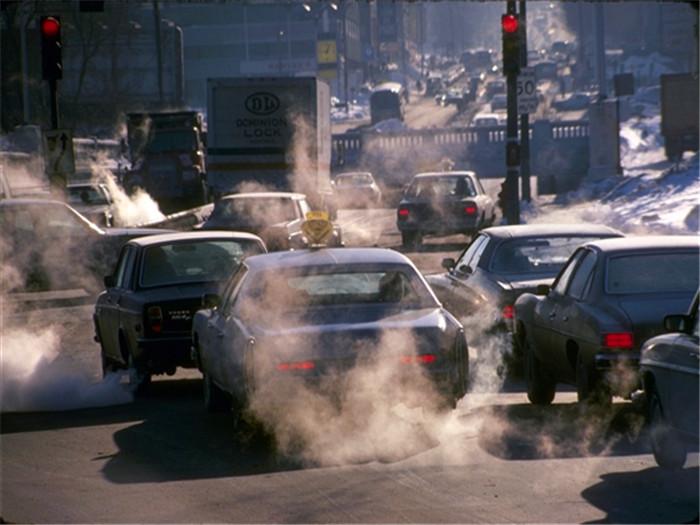 据环境信息网站MNN.com消息,美国普渡大学的研究小组正在与通用汽车合作,开发新型发电机Thermoelectic,将汽车的尾气热量转换为电能。      该节能技术的第一个模型可以降低汽车5%-10%的油耗,该设计还可以收集汽车尾气的热量,当气体热量达到接近摄氏700度后,排气筒与引擎冷却水管之间的气温相差极大,这部分温差就可以用转换器将热量转化成电能。      不过,这个技术也遇到了一些阻碍:因为当前的热点材料不能承受内部催化转换器的高温,目前只能从大约700摄氏度的气体中收获热量,而下