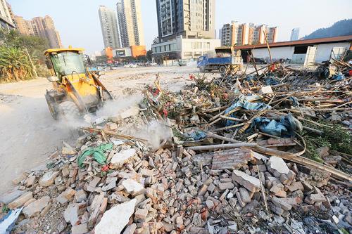 利用的建筑垃圾被随意填埋或堆放,既占地又污染,破坏土壤结构和水资源