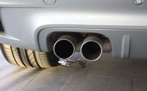 用霾表对着一辆2006年产国三排放标准汽车的排气管做测试.