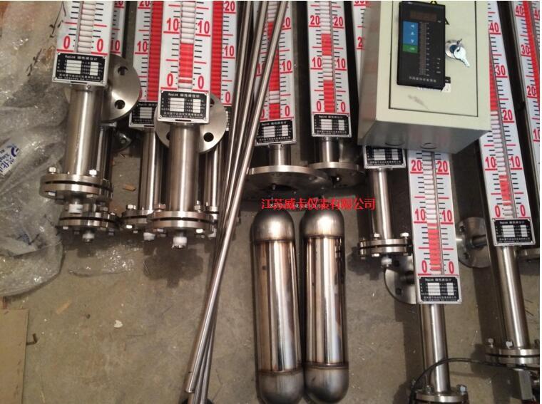 (远传显示表) 用户可根据工程需要,配合远传变送器使用,可实现就地数字显示,以及输出4~20mA的标准远传电信号 ,以配合记录仪表,或工业过程控制的需要。也可以配合磁性控制开关或接近开关等使用,对液位监控报警或对进液出液设备进行控制。 食用油液位计概述: 液位计是我公司在长期生产板管式液位计基础上采用国外zui新技术发展起来的内浮子式液位计,由于其承压零件均使用不锈钢材料,在结构上减少了密封结合面,故仪表的安全性、可靠性得到提高。液位显示清晰醒目。 食用油液位计原理: 液位计由本体(由上、下导管组成),