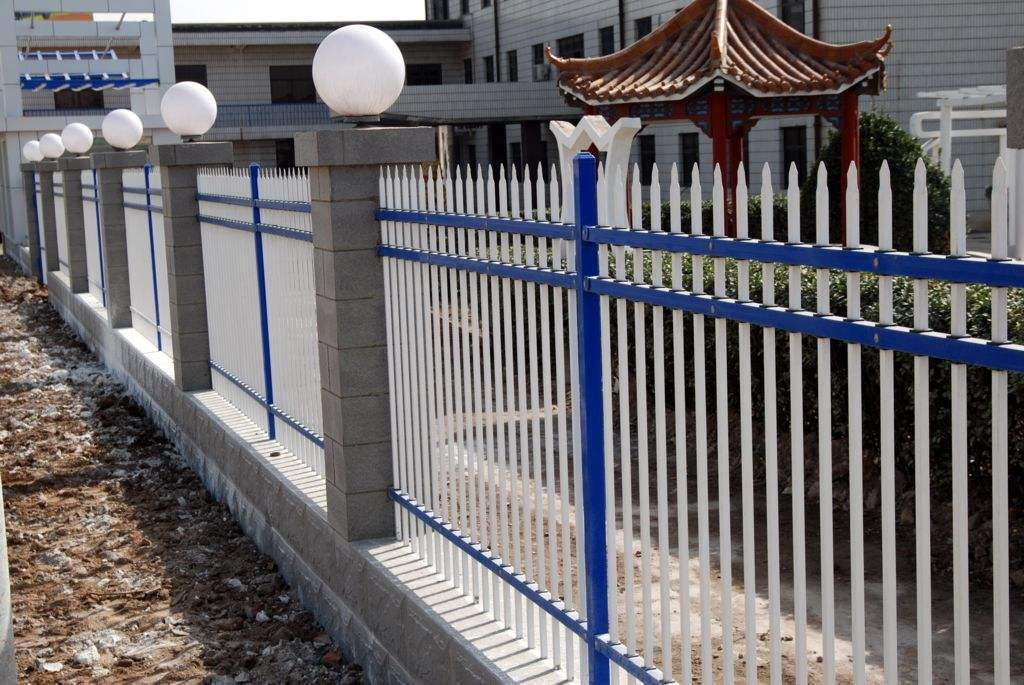 厂区围墙方案钢丝网围栏和锌钢护栏图片