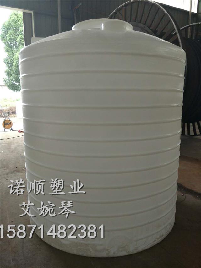 滚塑生产厂家 武汉诺顺塑料水箱 PE水箱友情提示: 1、每只水箱开进、出料排污3个孔,有特殊要求订货时说明。 2、塑料水箱水箱应放置在受力状况良好的地面或平台上。 3、塑料水箱水箱为普力容器,故控制液位应加装浮球或其它有效 的液位控制开关。 4、水箱水箱进出管道组装完成后,应关闭出料管和排污管,打开进料管,边放水边检查至盛满水,24小时不渗水和漏水为合格。 5、塑料水箱水箱应定期清洗,试水时防止杂物冲蠕。